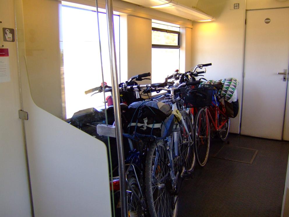 Como colgar bicicletas en poco espacio trendy gua - Guardar bicicletas en poco espacio ...